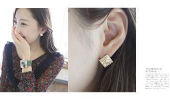 Top of Pyramid Pattern Earrings
