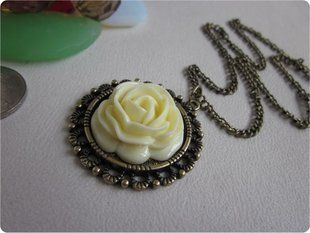 Corean Hot Sale Fashion and Retro Style Rose Shape Design Necklace