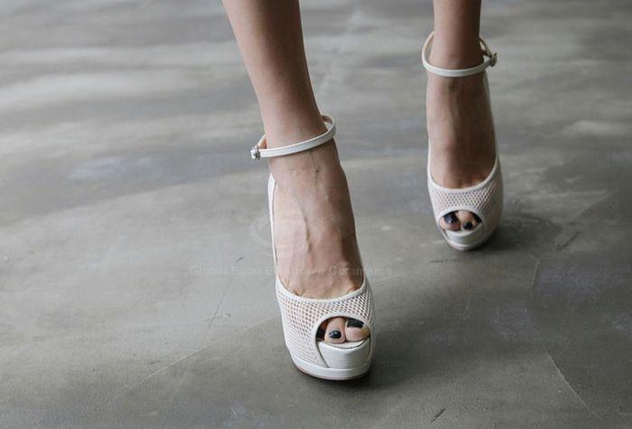 Босоножки на каблуках. . Ремешок вокруг щиколотки с застежкой. . Высота каблука 12,5 см, высота платформы 3,5 см
