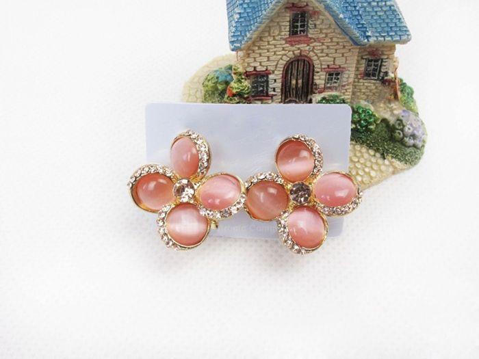 Graceful Sparking Rhinestoned Colver Shape Embellished Women's Stud Earrings