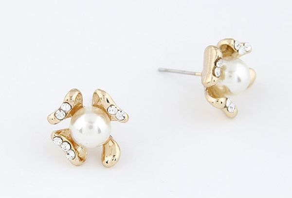 Pair of Delicate Rhinestoned Design Flower Shape Pearl Stud Earrings For Women
